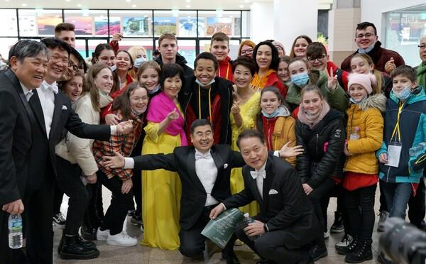 Spevácky zbor z Michaloviec sa vrátil z Kórey, kvôli koronavírusu musí 40 členov zostať v izolácii