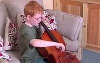 Spevák Ed Sheeran vám pred očami dospeje v novom klipe k piesni Photograph