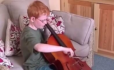 Zpěvák Ed Sheeran vám před očima dospěje v novém klipu k písni Photograph