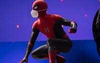 Spider-Man posiela prvú fotku z natáčania nového filmu. Tom Holland ti odporúča nosiť masku, on má rovno dve