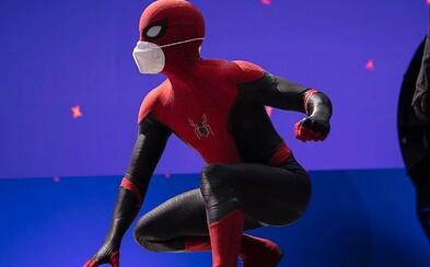 Spider-Man posílá první fotku z natáčení nového filmu. Tom Holland ti doporučuje nosit masku, on má rovnou dvě