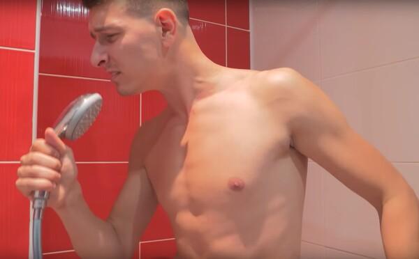 Spievajú v kúpeľni, špárajú sa v nose a ovoniavajú spodné prádlo. Čo robia podľa Naked Bananas ľudia, keď sú sami?