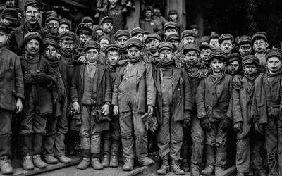 Špína, prach a utrpení odmala: Šokující fotky z minulého století odhalují otrockou práci dětí v dolech