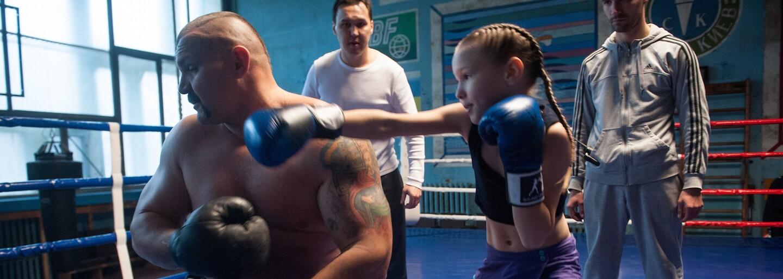 Spolu s ďalšími súrodencami trénuje pod drobnohľadom svojho otca. 8-ročná Evnika dokáže udrieť až 100-krát za minútu