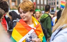 Spolužák na mě křičel, že by mě měli vzít do Osvětimi, říká 14letý transgender chlapec Michael