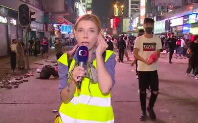 Spravodajkyňa ČT predčasne ukončila živý vstup z Hongkongu. Musela utiecť pred gumovými projektilmi