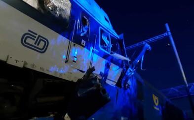 Srážka vlaků u Českého Brodu: Jeden mrtvý, desítky zraněných. Způsobilo ji zřejmě selhání člověka