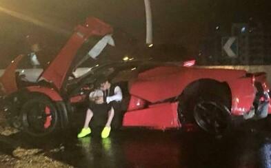 Srdcervúci pohľad na rozbité Ferrari LaFerrari, ktorého riadenie nezvládol vodič-tínedžer