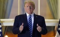 Stále Covid-19 pozitivní Donald Trump si po návratu do Bílého domu sundal roušku