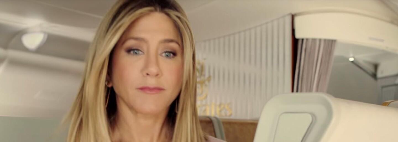 Stále krásná Jennifer Aniston si utahuje z konkurence v reklamě pro Emirates. Vyměnila i první třídu za ekonomickou