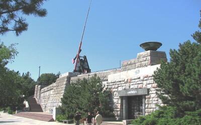 Stalinův památník na pražské Letné budou muset okamžitě uzavřít. Oblasti hrozí zřícení