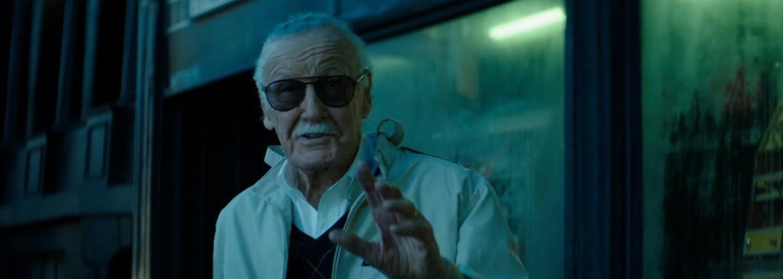 Stan Lee má podlomené zdravie a jeho rodina sa ho snaží pripraviť o majetok. Režisér Kevin Smith ho pozval žiť k nemu