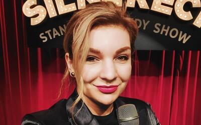Stand-up komička Simona: Rytmus nezaútočil len na mňa, ale na všetky ženy, ktoré so sebou nie sú spokojné (Rozhovor)