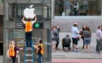 Stanicu metra premenili na fejkový Apple obchod a ľudia čakali v rade, aby si kúpili nový iPhone. Vnútri ich prekvapili len prázdnou taškou