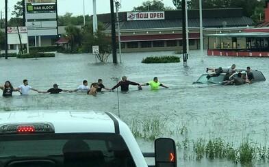 Starček uviazol v zatopenom aute, tak okoloidúci vytvorili ľudskú reťaz, aby ho zachránili. Americký Texas zažíva katastrofické obdobie