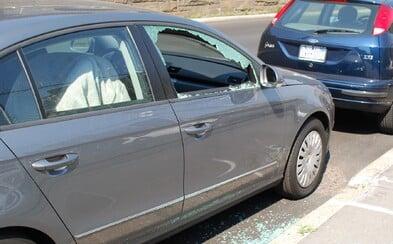 Stařík v pyžamu rozbíjel v Brně auta kladivem. Tvrdil, že má psychickou poruchu