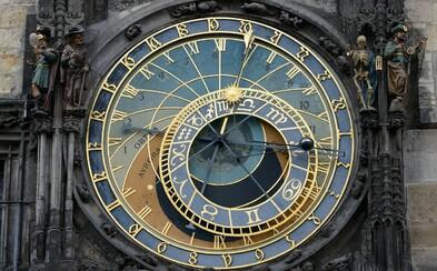 Staroměstský orloj se zahalil do virtuální podoby. Speciální LED obrazovka nahrazuje turistům jednu z největších pražských památek