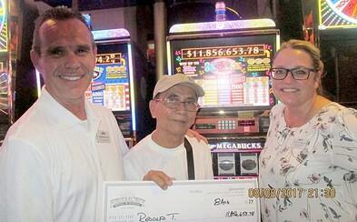 Starší pán na dovolenke v Las Vegas vyhral 11 miliónov dolárov z 3-dolárovej stávky v automate