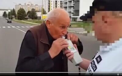 Starší pán podrobený dychovej skúške na alkohol zabáva Slovensko. Zastavenie policajtom ho značne rozrušilo