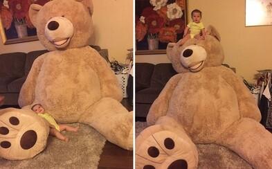 Dědeček obdaroval maličkou vnučku obrovským plyšovým medvědem. Užívá si ho, i když se vedle něj ztrácí