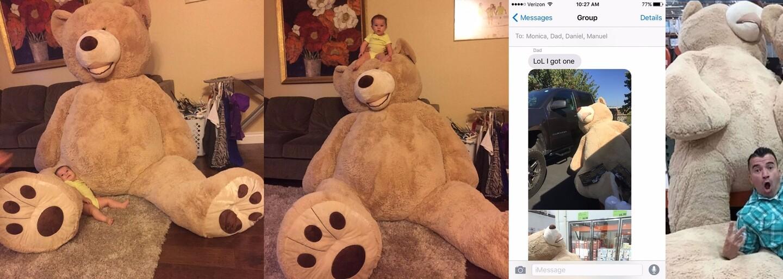 Starý otec obdaroval maličkú vnučku obrovským plyšovým medveďom. Užíva si ho, aj keď sa popri ňom stráca