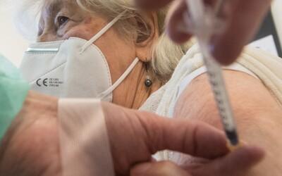 Štát spúšťa očkovanie treťou dávkou. Hlásiť sa môžu tieto vybrané skupiny ľudí