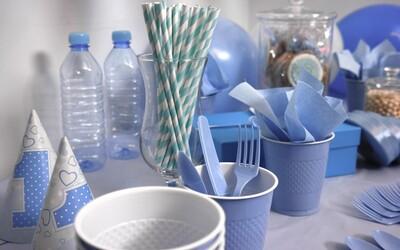 Štáty EÚ odsúhlasili zákaz jednorazových plastov. Z trhu zmiznú do dvoch rokov
