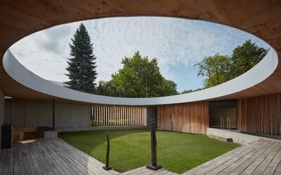 Stavba roka 2021 v Českej republike alebo dvojpodlažná vila s dokonalým átriom uprostred dvora
