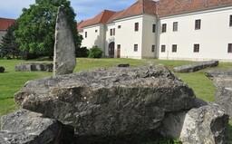 Stonehenge máme aj na Slovensku. Obrovské kamenné piliere si môžeš vychutnať v nedaľekom Holíči