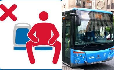 Stop roztaženým nohám v MHD. V Madridu rozjeli kampaň proti neohleduplným mužům