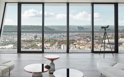 Stovežatá Praha ako na dlani. Takto vyzerá 450 metrov štvorcových obytnej plochy na 3 podlažiach
