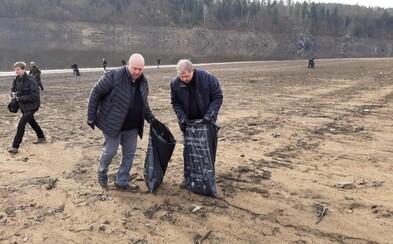 Stovky dobrovolníků uklízely nádrž Orlík. Využily její dočasné upuštění