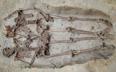 """Stovky let staré kostry """"milenců"""" držících se za ruce ve skutečnosti patřily dvěma mužům"""