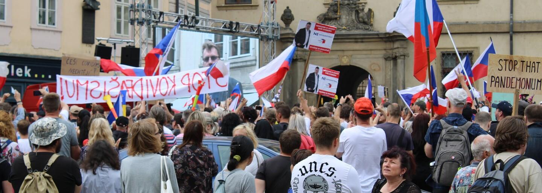 Stovky lidí demonstrují před Sněmovnou. Nesouhlasí s covid pasy (Fotoreport)