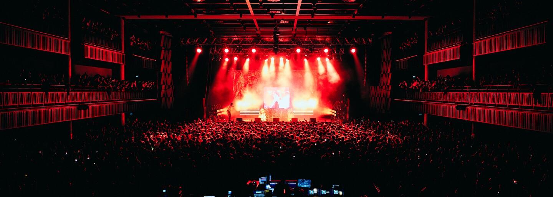 Stovky ľudí v mosh pite a lietajúce poháre od piva či oblečenie. Aký bol Skeptov koncert v Prahe? (Fotoreport)