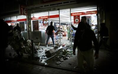 Stovky ľudí v nemeckom Stuttgarte vyšli do ulíc a útočili na políciu. Vyzeralo to vraj ako počas občianskej vojny