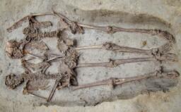 """Stovky rokov staré kostry """"milencov"""" držiacich sa za ruky v skutočnosti patrili dvom mužom"""