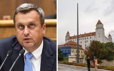 Stožiar pri slovenskom parlamente vraj nie je vyšší ako ten v Budapešti.