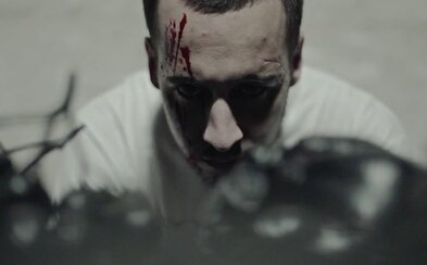 Strapo a DJ Spinhandz sú psychopati v hororovom klipe s produkciou od Emeresa
