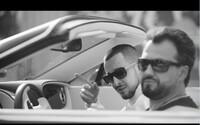 Strapo a Marián Čekovský sa prevážajú v Bentley kabriolete vo videoklipe na ich spoločnú skladbu Tulák