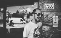 Strapo ide tvrdo na punkrockovej skladbe, ktorú otvára prejavom fejkový starý nácek