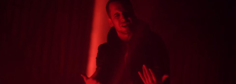 Strapo predstavuje album Versus skladbou s rovnomenným titulom