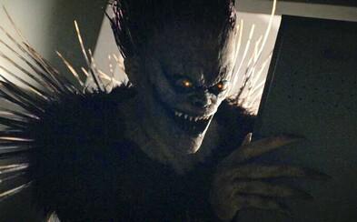 Strašidelný boh smrti Ryuk prehovára Lighta k použitiu vražedného denníka. Death Note od Netflixu odhaľuje debutový klip priamo z filmu