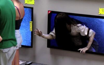 Strašidelný prank se Samarou vylézající z televizí je důkazem podařené reklamní kampaně třetího dílu Kruhu