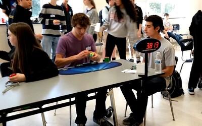 Středoškolák překonal světový rekord ve složení Rubikovy kostky. Stihl to za 5,25 sekundy