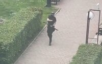 Střelba na ruské škole má údajně 8 obětí. Studenti v panice vyskakují z oken. Střelce zabily speciální jednotky