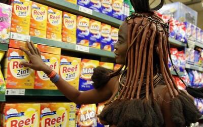 Stretnutie dvoch odlišných svetov. Žena z kmeňa Himba na nákupe v supermarkete prinútila umelca vytiahnuť fotoaparát