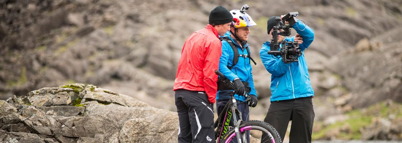 Strmé skotské pohoří a šílený Danny MacAskill, který se ho rozhodl zdolat na kole
