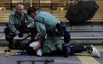 Študent z Hongkongu počas protestov zomrel na následky pádu z budovy. Demonštranti vinia políciu