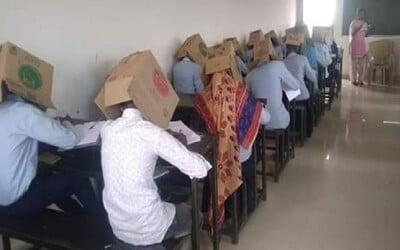 Studenti měli během zkoušky na hlavách krabice, škola tak chtěla zabránit opisování